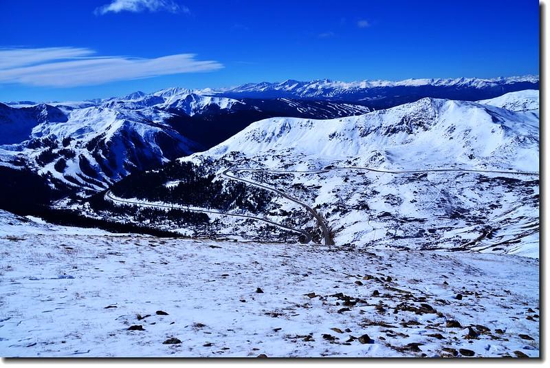 Loveland Pass俯瞰 US 6公路(西邊)及遠眺群山