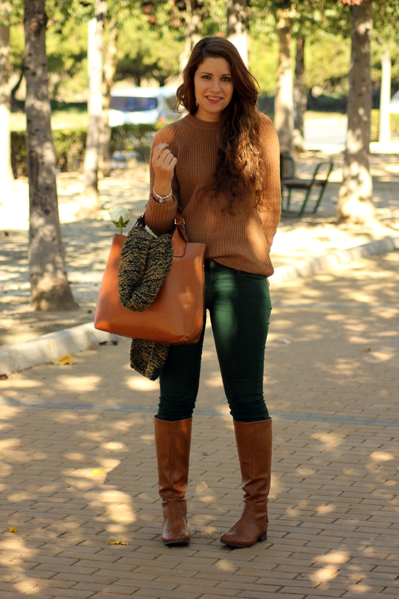pantalones-verdes-con-jersey-marrón-heelsandroses-(2)