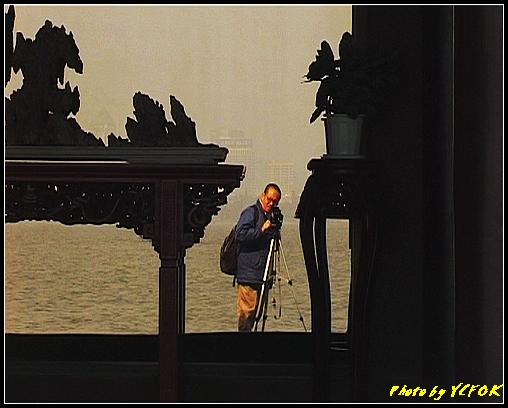 杭州 西湖 (其他景點) - 407 (西湖小瀛洲 小瀛州上的自拍鏡 背景是市區)