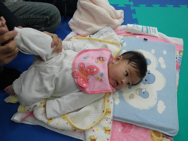 Birthlight嬰兒瑜珈:簡單的手腳按摩,從末梢(手腳指尖)按向身體(手臂大腿)