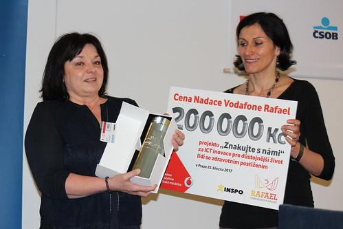 Jana Fenclová a Adriana Dergam při předávání Ceny Nadace Vodafone Rafael