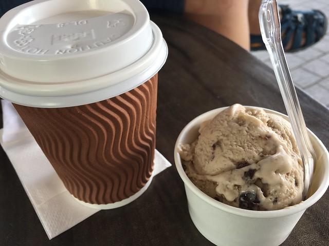 慎重に選んだ高くなさそうなカフェ。コーヒーとアイスで6.7SGD。