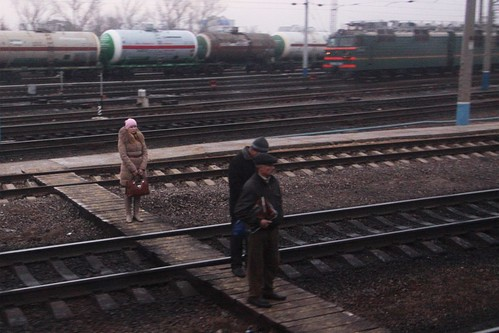Waiting to cross the tracks at Еле́ц (Yelets) railway station