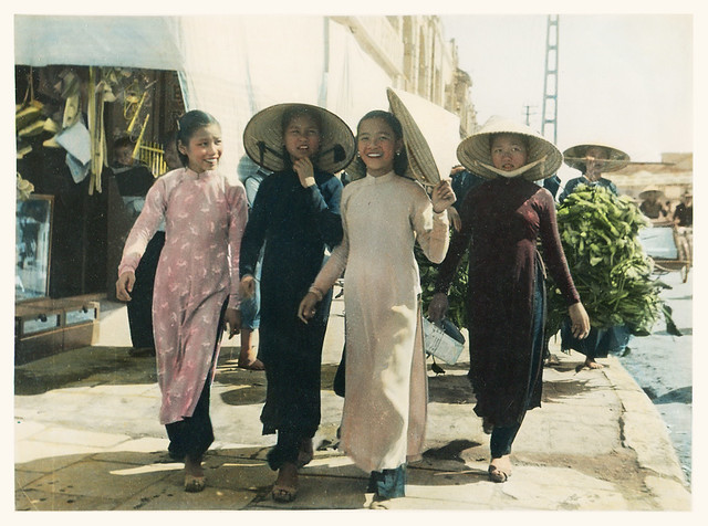 Bốn cô gái trẻ Hà Nội, khoảng năm 1940