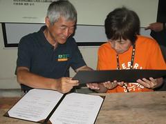 生態工法基金會董事長賀陳旦(左)與英田上山梯田團代表豬野全代(右),簽約締結姊妹梯田