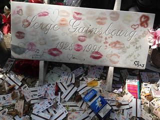 صورة Serge Gainsbourg. paris france graveyard îledefrance gravestone lipstick sergegainsbourg