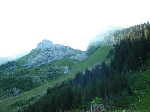 Vue de la montée au Trou de la Mouche au petit matin