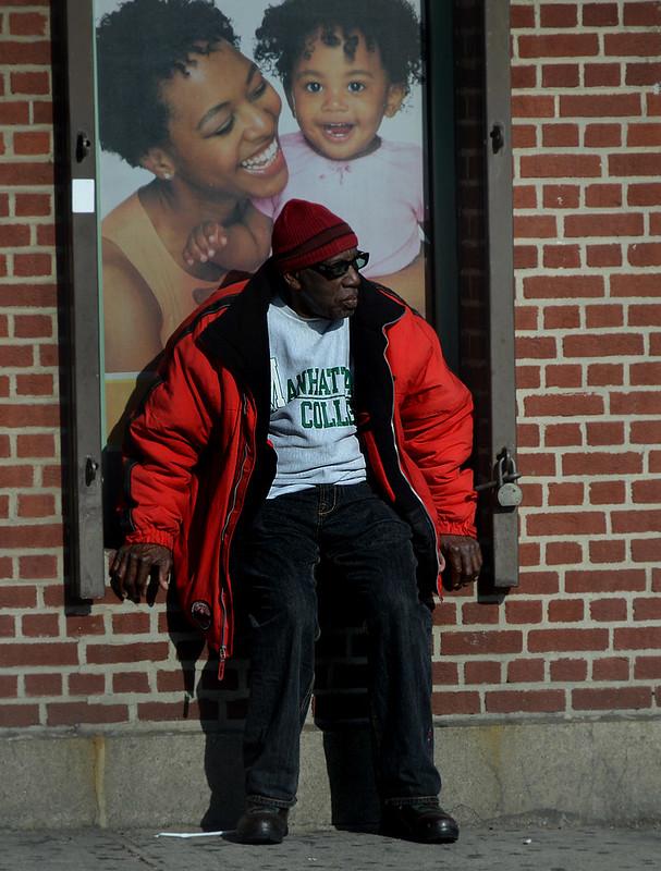 Señor mayor en el barrio del Bronx de Nueva York