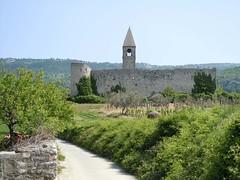 Foto per 28. La chiesa fortificata romanica Sv. Trojica (SS. Trinit+á) a Hrastovlje.