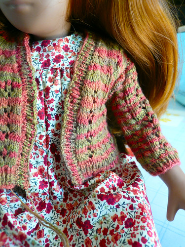 Red-green doll cardigan - one sleeve in (close)