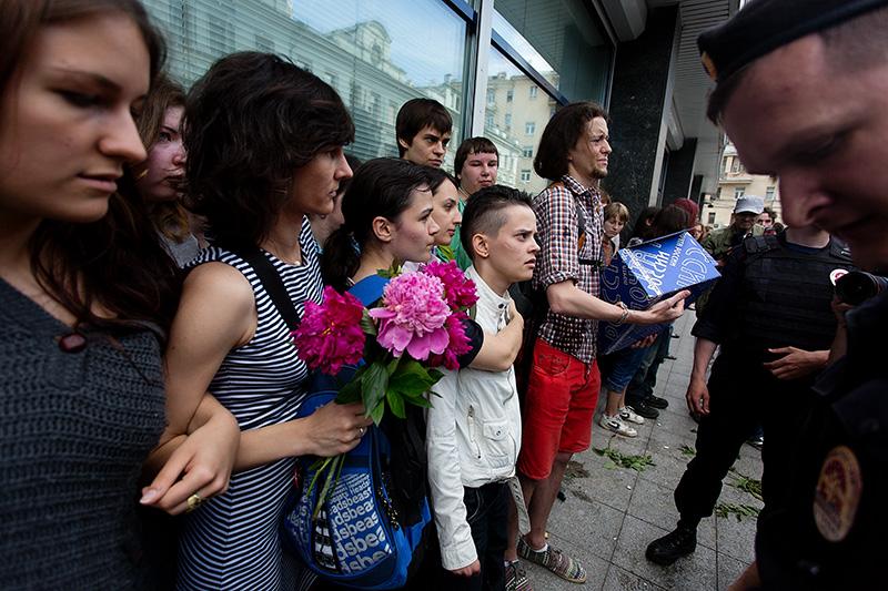 День поцелуев - 4  у Думы