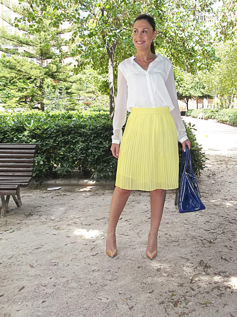 yellow pleated skirt, white chiffon blouse, makeup pumps, makeup pumps, falda plisada amarilla, blusa gasa blanca, zapatos maquillaje, bolso de charol azul Klein