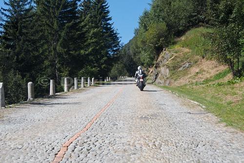 突然の石畳の道路