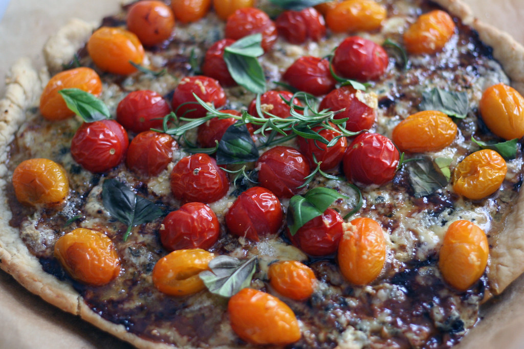 paradeiserpizza mit blauschimmelkäse & balsamico glaze