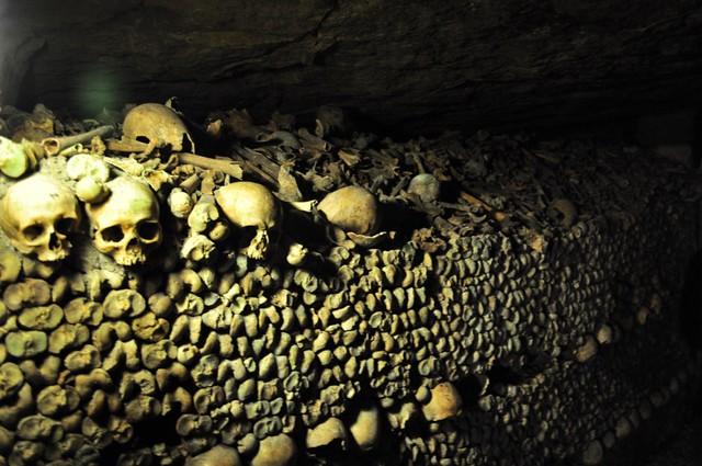 Las toneladas de restos humanos llegan hasta lo alto de las galerías, millones de restos fueron movidos aquí para liberar espacio en cementerios e iglesias de la ciudad. catacumbas de parís - 9757203746 c0226f65fb z - Catacumbas de París, donde se guarda la historia de la ciudad.