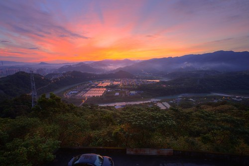 travel mountain color fog night clouds sunrise canon landscape photography dawn view earlymorning taiwan valley taipei nightscene rays temperature 台灣 台北 waterworks pinkclouds xindian seaofclouds 雲海 晨曦 日出 vitality 新店 清晨 ankeng 雲霧 山景 山谷 濃霧 晨景 嵐 xindianriver 山色 霞光 advection rosyclouds 彩霞 安坑 塗潭 風景攝影 taiwanimage 台灣風景 東華聖宮 newtaipei 直潭淨水場 晨霞 谷景 平流霧 nightcoloredglaze toughguyridge