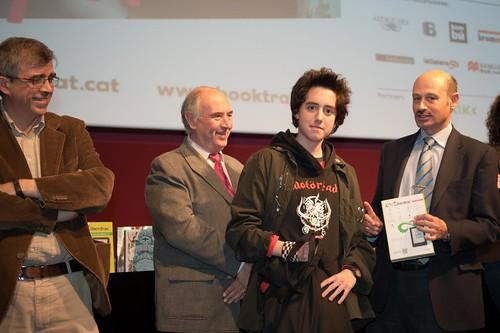 Antoni Daura, president del Gremi de Llibretes, lliurament un lector digital patrocinat per Liberdrac al guanyador de la categoria de creativitat amb un clip sobre