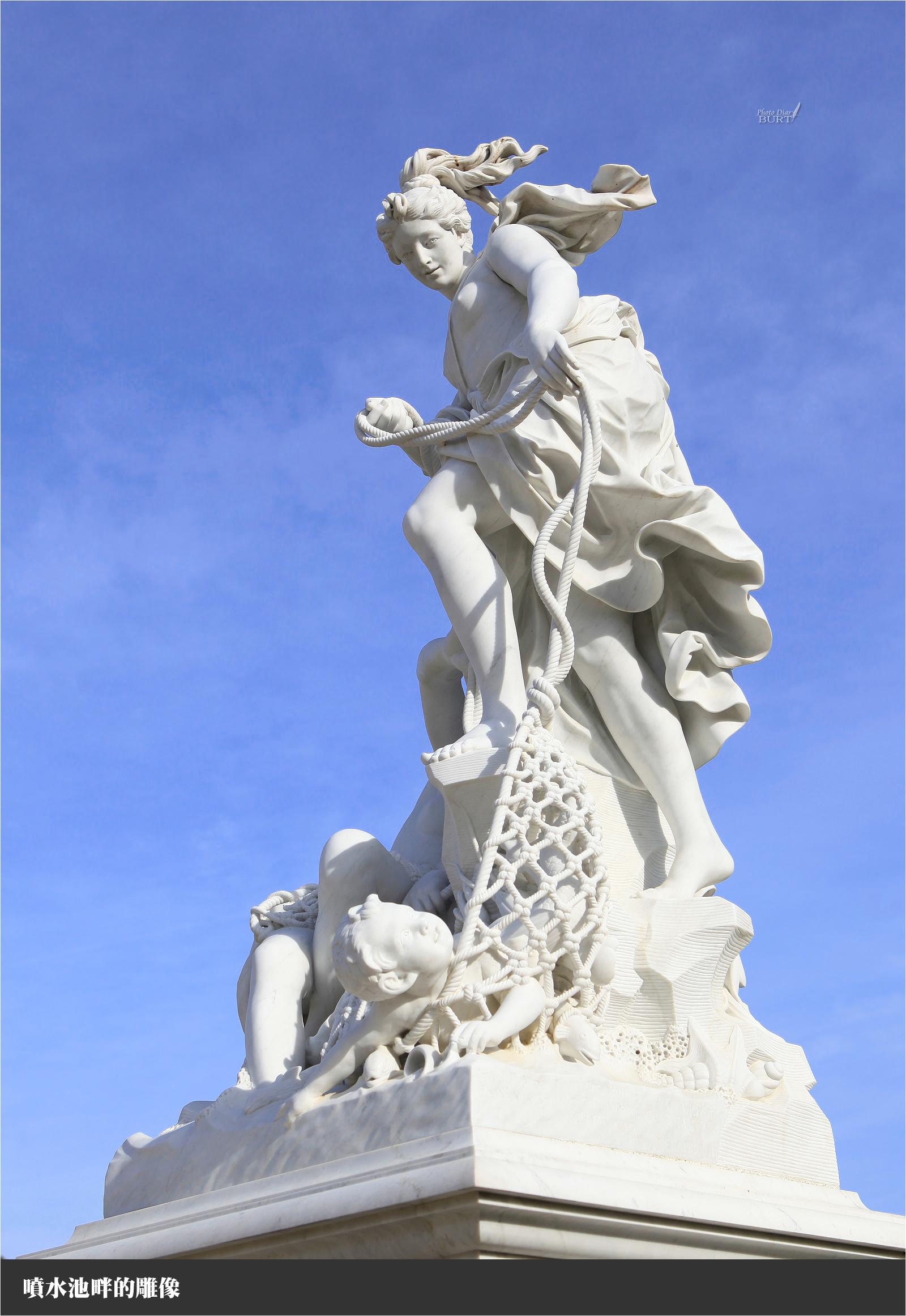 噴水池畔的雕像