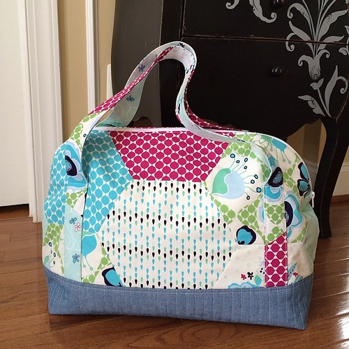 Aeroplane bag is done! Pattern by Sew Sweetness @quiltsinthequeue with fabric from your destash sale.