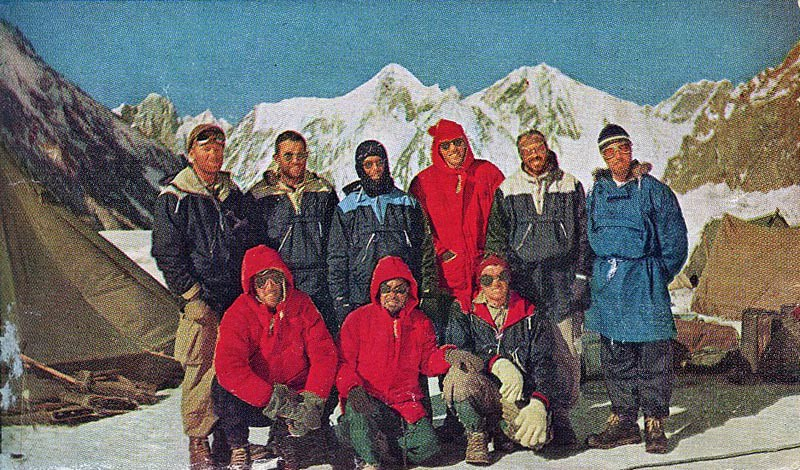 Πίσω: Dee Molenaar, Art Gilkey, Charlie Houston, Bob Craig, Bob Bates, Tony Streather. Μπροστά: George Bell, Colonel Ata-Ullah, Pete Schoening © K2: The Savage Mountain book