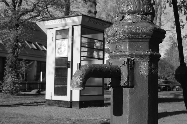 Wasserhahn und Telefonzelle in Alt-Lübars