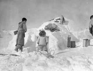 People outside of Moosa's igloo, Research Station, Kimmirut, Baffin Island, Nunavut / Des gens à l'extérieur de l'igloo de Moosa, station de recherche, à Kimmirut, sur l'île de Baffin (Nunavut)