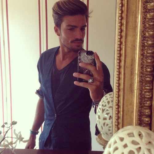 Picture at the  old school way!!✨ mirror - magnum look and wardrobe in the background !! Ahahah  like my jeans blazer?