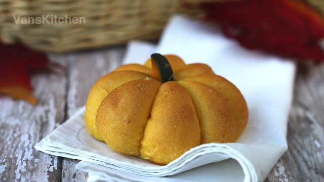 Kabocha pumpkin bun (Bánh mì bí đỏ)