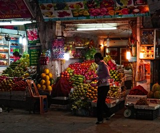 Hanoi . Fruit shop 5 a.m.