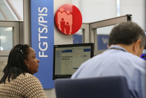 Em um país com 63,4% das famílias endividadas, dinheiro retornará aos bancos como pagamento de contas - Créditos: Foto: Agência Brasil