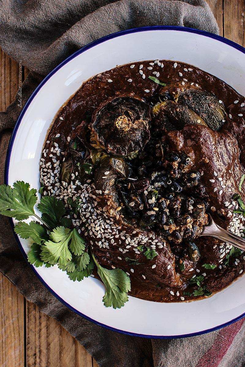 Pimientos rellenos con salsa de mole negro