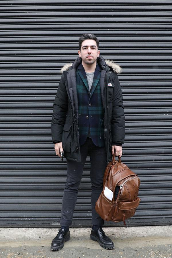 黒ダウンジャケット×ブラックウォッチテーラードジャケット×グレーTシャツ×グレーパンツ×黒ダービーシューズ