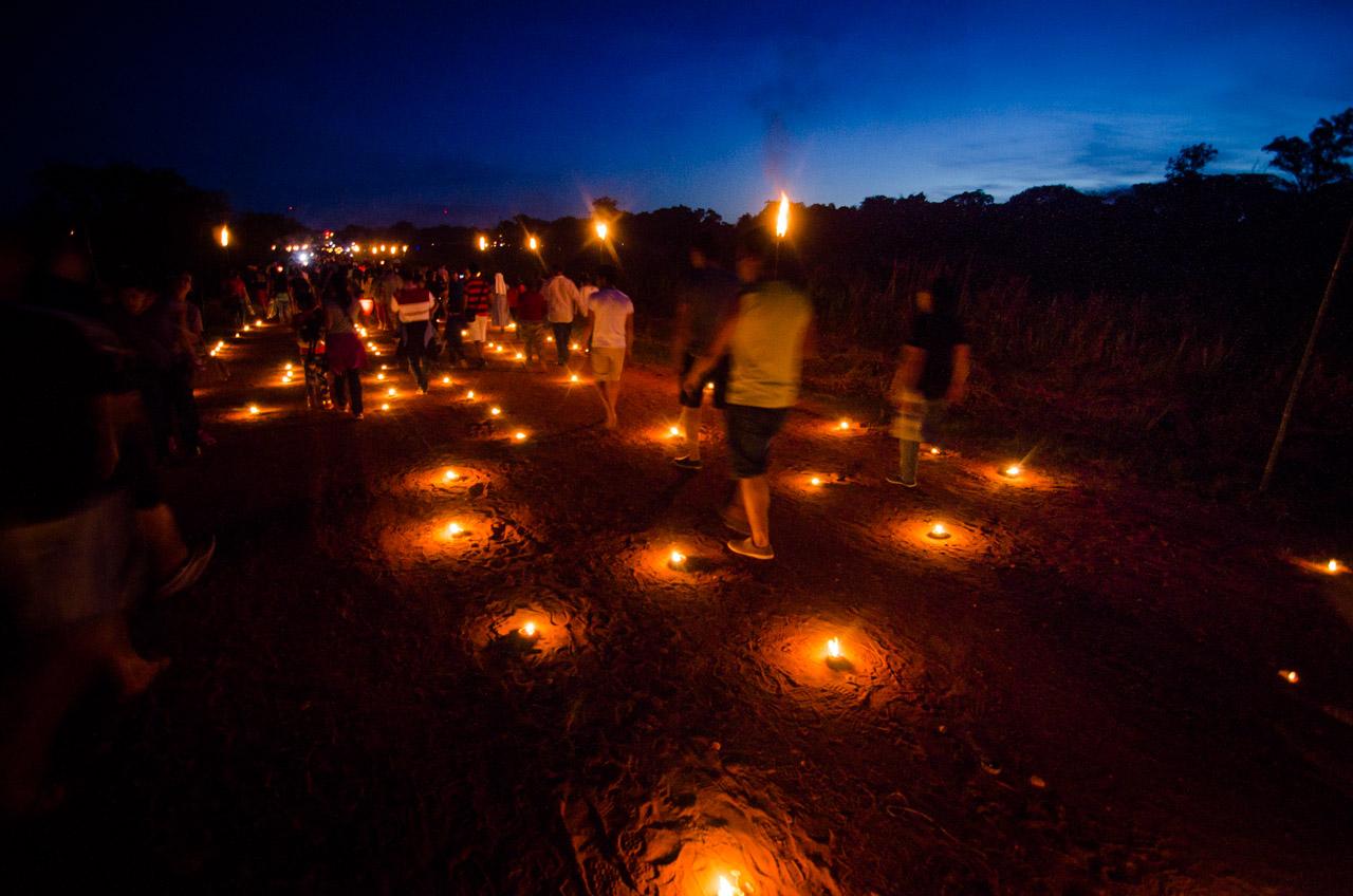 Como todos los años, el camino de tierra es totalmente iluminado por velas durante la procesión de Tañarandy en el Viernes Santo, a medida que se acerca la noche a lo lejos se puede divisar la barraca iluminada de Koki Ruíz. (Elton Núñez).