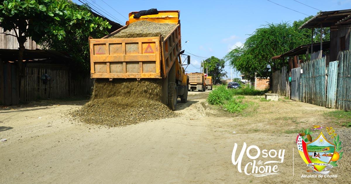 En el barrio Tacheve colocan material de mejoramiento en calle transversal