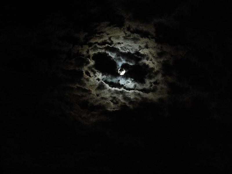 Luna algo tímida
