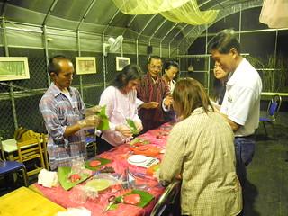 泰國米之神基金會(Khon Kaen Foundation)創辦人德查‧史雷佩德拉﹝Daycha Sirpatra﹞、美國社區支持型農業的重要推手伊利莎白.韓德森(Elizabeth Henderson)以及不丹農林部科學家多傑.旺楚克9日微雨的傍晚走訪土城彈藥庫。
