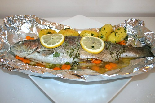 34 - Forelle in Alufolie mit Petersilienkartoffeln - Seitenansicht / Trout in kitchen foil with parsley potatoes - Side view