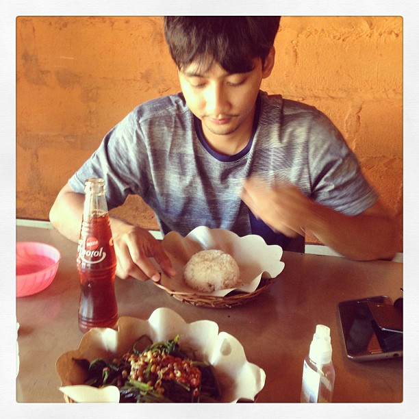 My #balinese friend Adi eating with his hand. I didn't want to use my hand because the food was so spicy, what if I rubbed my eyes accidentally afterwards?  (Which was likely to happen) #food #foodporn #foodlove #travel #bali #holiday #likealocal #glutton