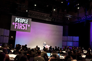 """People First!  Adam Brault nous émeut à JSConf.EU 2013"""