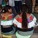 Girls in the market - Mujeres de Sibaca en el Tianguis de Ocosingo, Chiapas, Mexico por Lon&Queta
