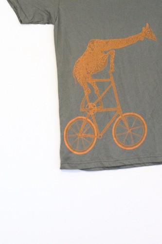 Een giraf op een fiets