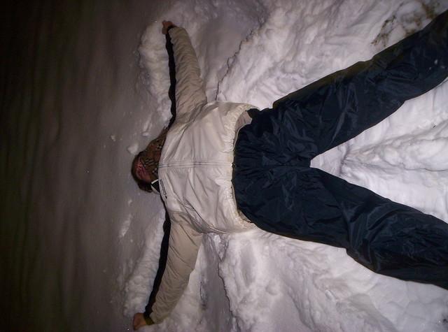 Los movimientos necesarios para hacer un ángel de nieve