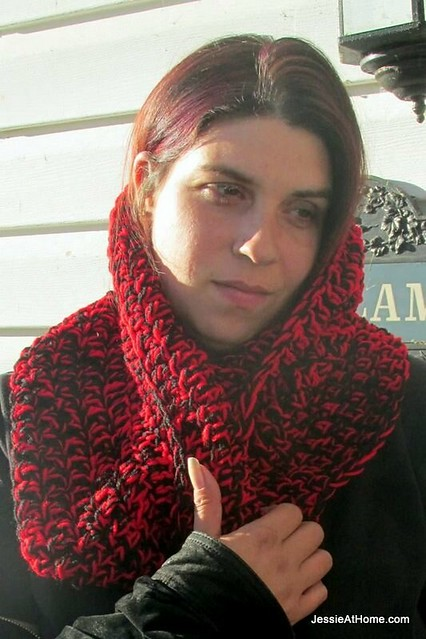 Ali-Mobius-Cowl-Free-Crochet-Pattern-Red-Heart-Super-Saver