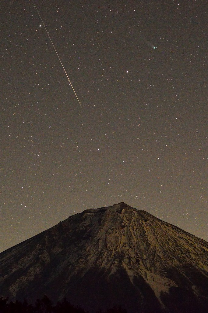One of Geminids, Comet Lovejoy(C/2013 R1) and Mt.Fuji 2013/12/14 5:17