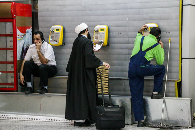 People calling from Mehrabad International Airport, Tehran テヘラン、メヘラバード空港にて電話かける人々