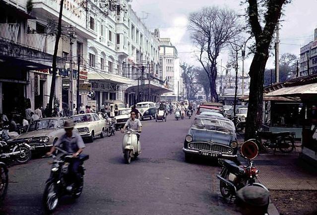 Saigon_Street_Near_USO 1970 - Đường Nguyễn Huệ