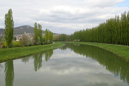 rivière eau arbres colline reflets nitra promenade nuages courbe printemps vert