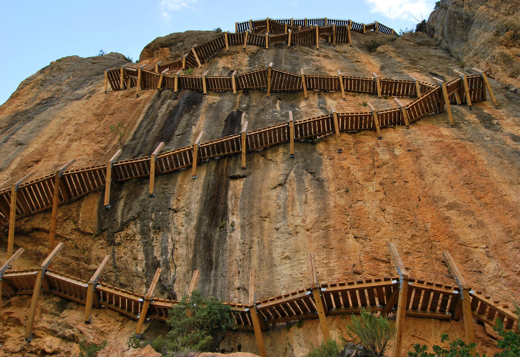 Pasarela anclada en roca en el Camino Natural de Montfalcó al Congost de Mont-rebei
