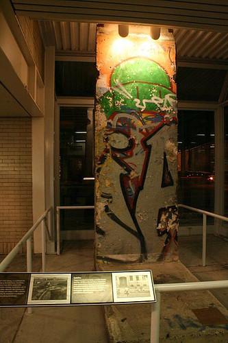 Pedrazo de muro en el interior de una estación de metro de Chicago (USA) Muro de Berlin, viajero mundial por la paz - 9697662051 46dbed20ba - Muro de Berlin, viajero mundial por la paz