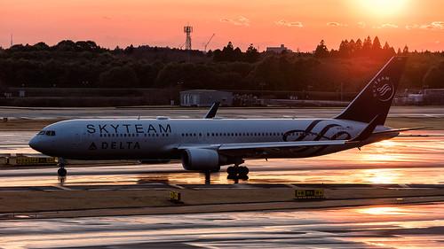 avgeek airliner aeroplane aircraft airplane aviation boeing boeing767 jet jetliner april delta n175dz planespotting plane narita nrt rjaa japan tokyo spotting raining sunset